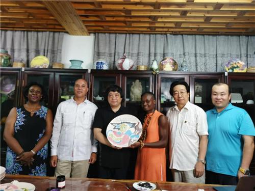 中国陶瓷文化艺术吸引巴巴多斯驻华大使和中外艺术家眼球